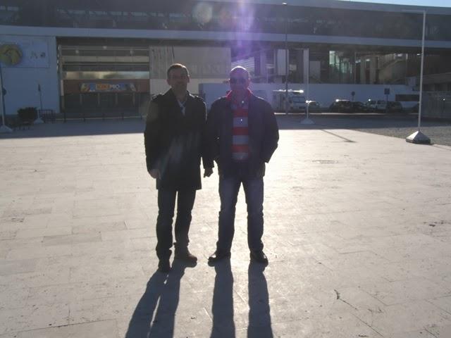 Eu e o Rui, em frente ao pavilhão