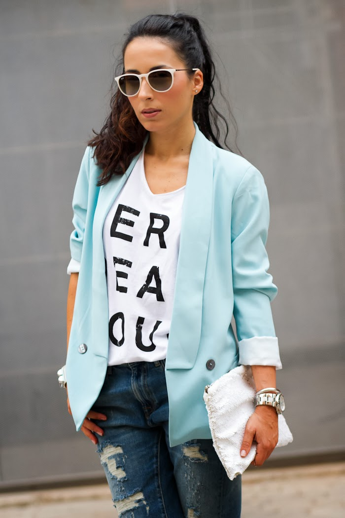 Camiseta Merci Beaucoup y blazer azul celeste
