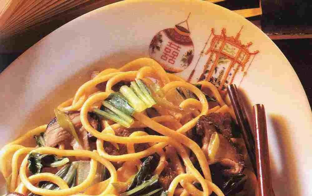 La cucina cinese pasta con manzo e funghi for Piatto tipico cinese