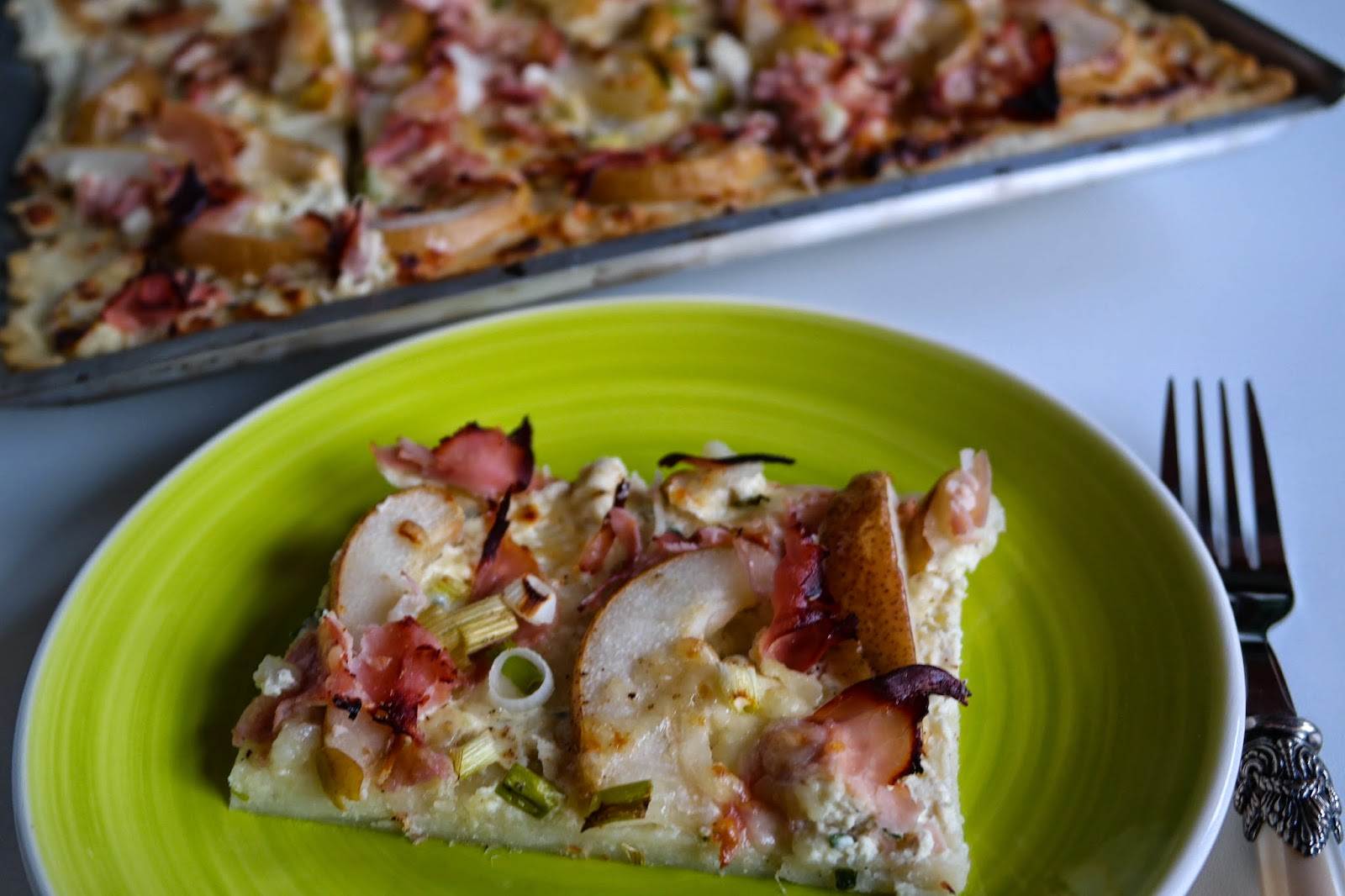 Pizza mit Schinken und Birne