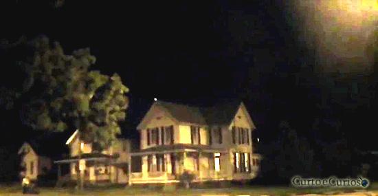Essa casa está sendo visitada por OVNIs várias vezes seguidas