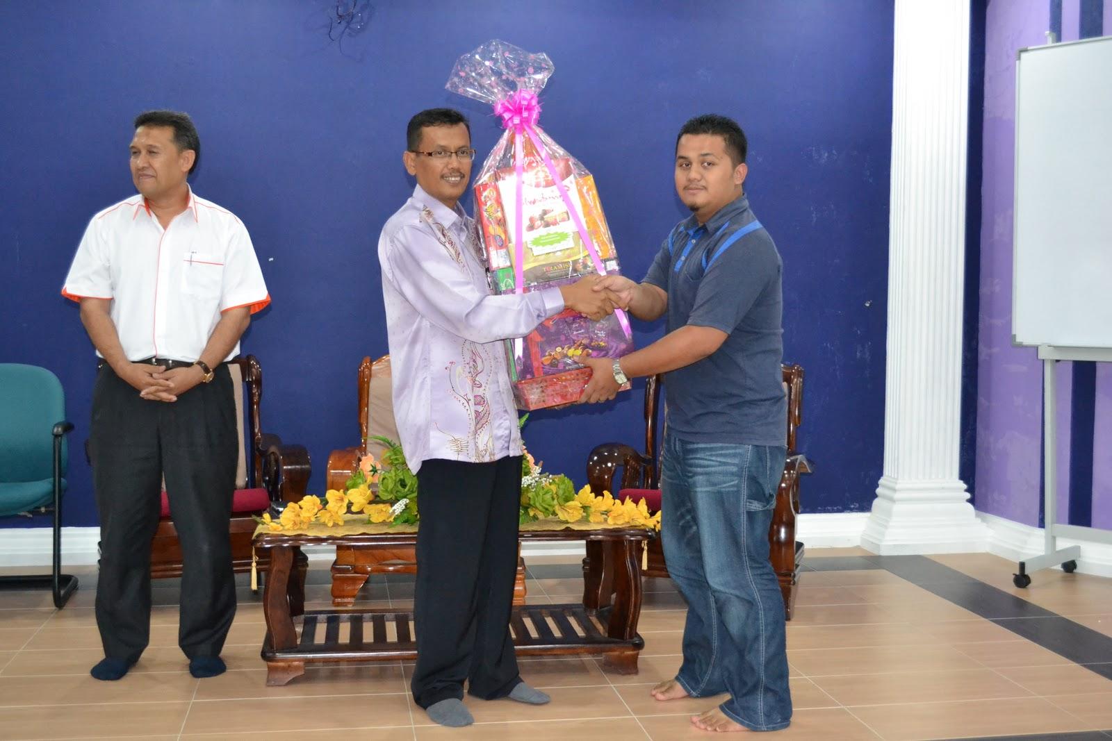 YDP Kolej Jebat menerima hadiah kumpulan