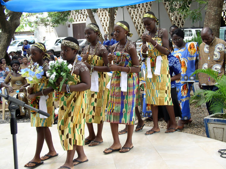 Dancing flower Girls ready to crown Mother Mary