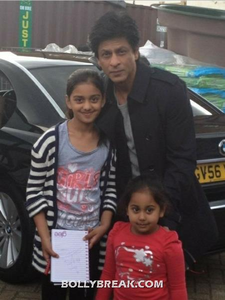 Shah Rukh Khan in London with Fans real life pic - Shah Rukh Khan Pics with Fans in London