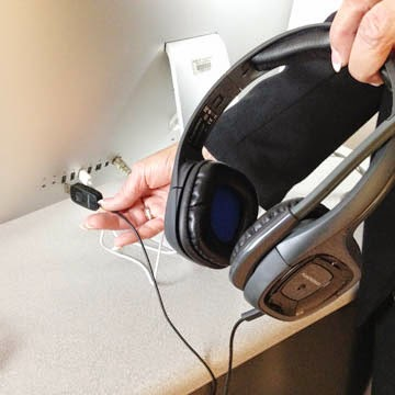 Picture of the Plantronics headphones being plugged into the Mac USB connector