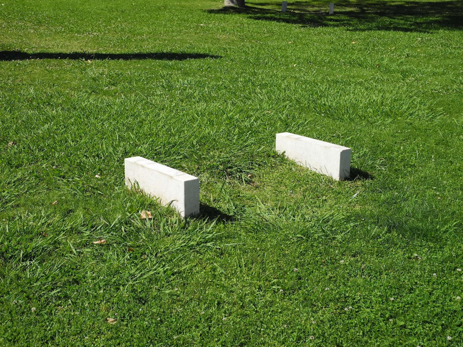 banco de jardim lisboa:assentos, os vários bancos de pedra na Praça de Londres, no jardim