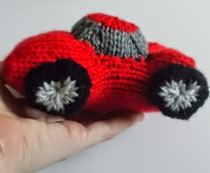 http://translate.google.es/translate?hl=es&sl=auto&tl=es&u=http%3A%2F%2Fdrfrankknits.wordpress.com%2F2014%2F09%2F12%2Ffree-pattern-fridays-knitted-ferrari-sports-car%2F
