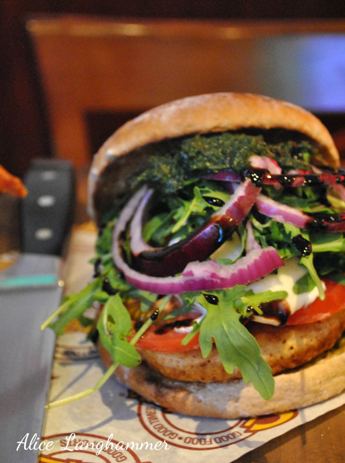 Burger mit Hähnchen, Mozzarella und Pesto