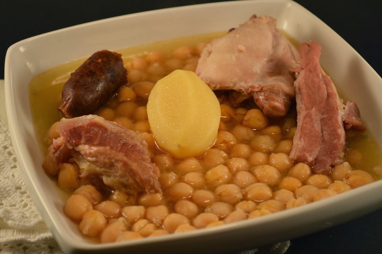 Cocido de garbanzos y revueltos de pan, ajo y perejil