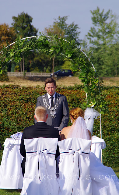 Biało czarny ślub plenerowy - Brzeg opolskie - biały dywan, pokrowce na krzesła i ślubny łuk