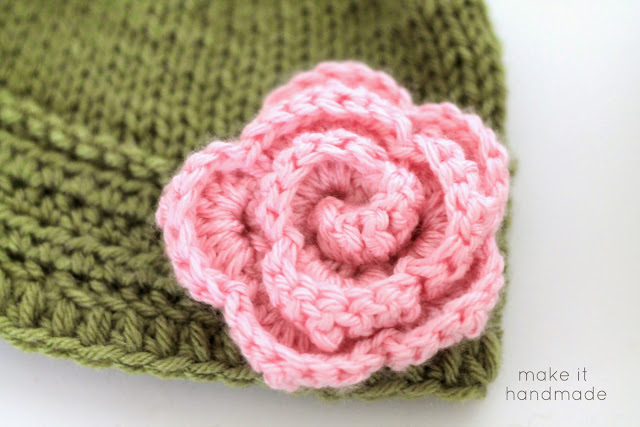 The easiest (promise!), no counting, crochet flower you can make! Free tutorial from http://www.makeithandmade.com/2014/03/how-to-crochet-rose.html