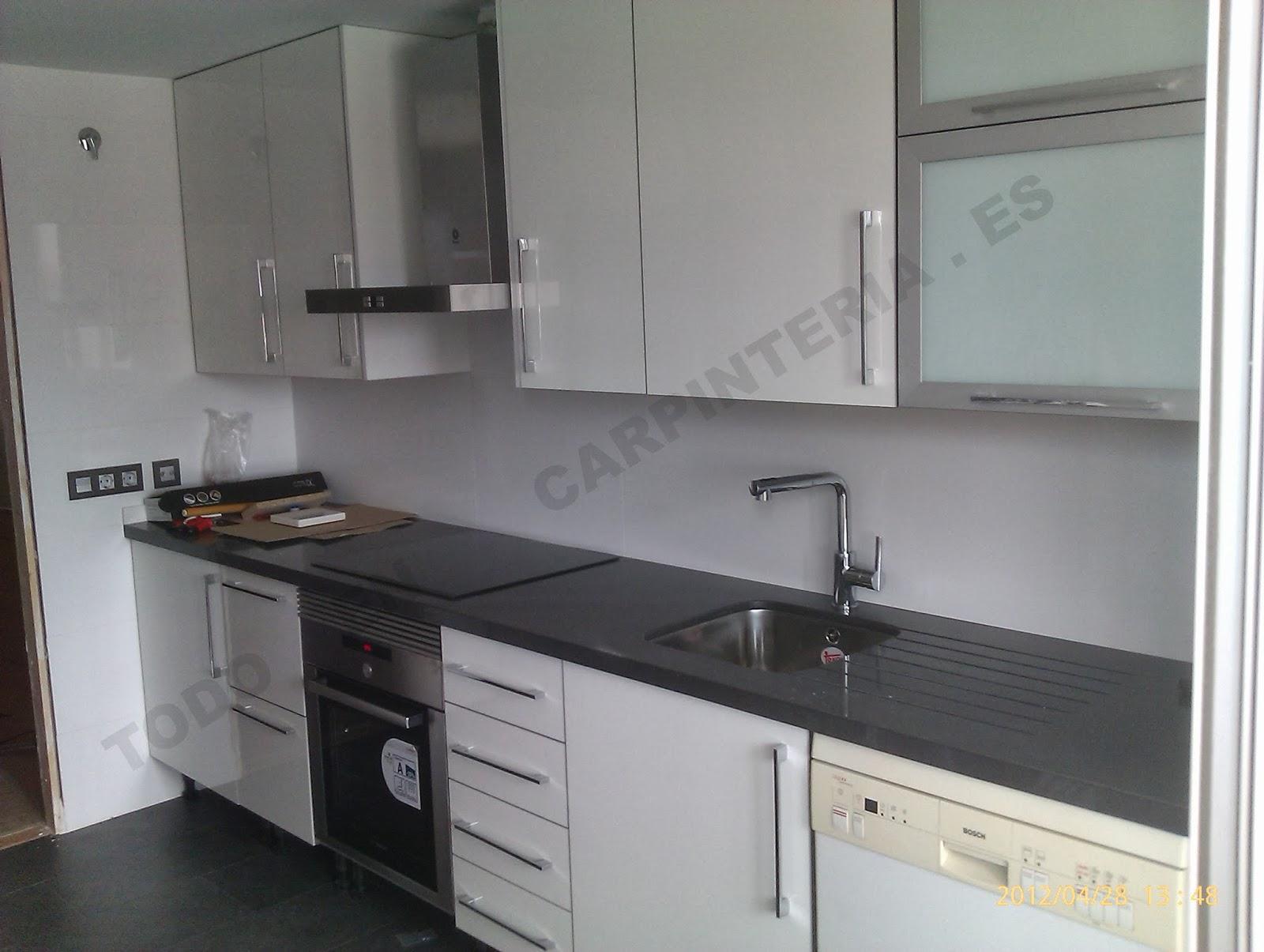 Muebles de cocina con puertas blancas de luxe.