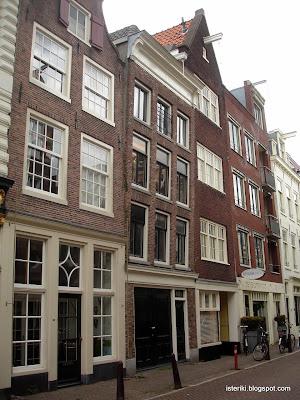 Наклонённый дом в Амстердаме