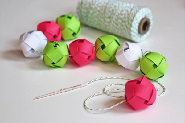 Make a garland from woven paper balls how about orange - Guirlande de noel en papier ...