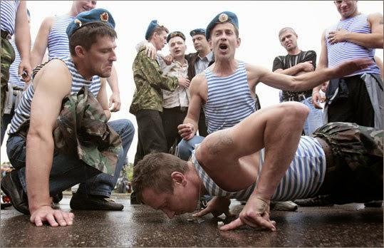 Riwayat Unik Telnyaskha, Kaus Bergaris Ciri Khas Militer Rusia
