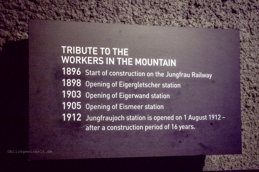 Tribute-Schild mit Daten