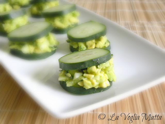mini sandwich al cetriolo con avocado aneto e menta