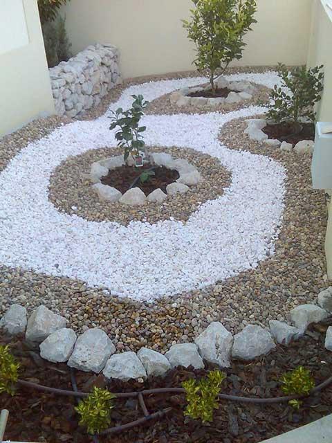 decoracao no jardim:Pode combinar espaços com pedras decorativas com plantações.