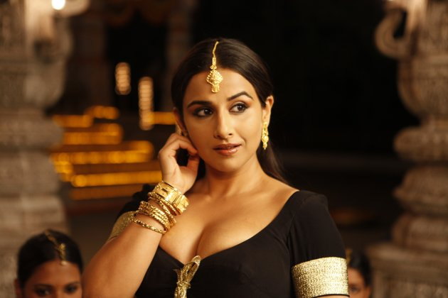 Spicy Looking Vidya Balan is looking hot in black dress