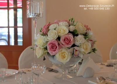 niskie bukiety na stołach weselnych w pastelowych kolorach