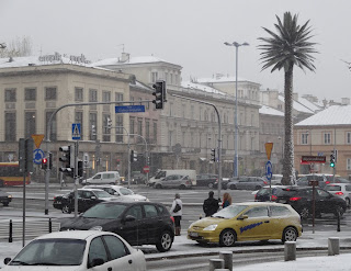 Sztuczna palma na rondzie Charles'a de Gaulle'