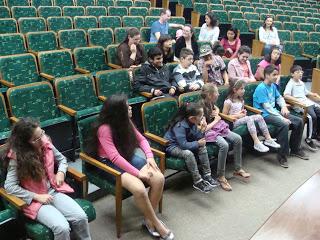 Crianças cegas assistem filme com audiodescrição na Fevale