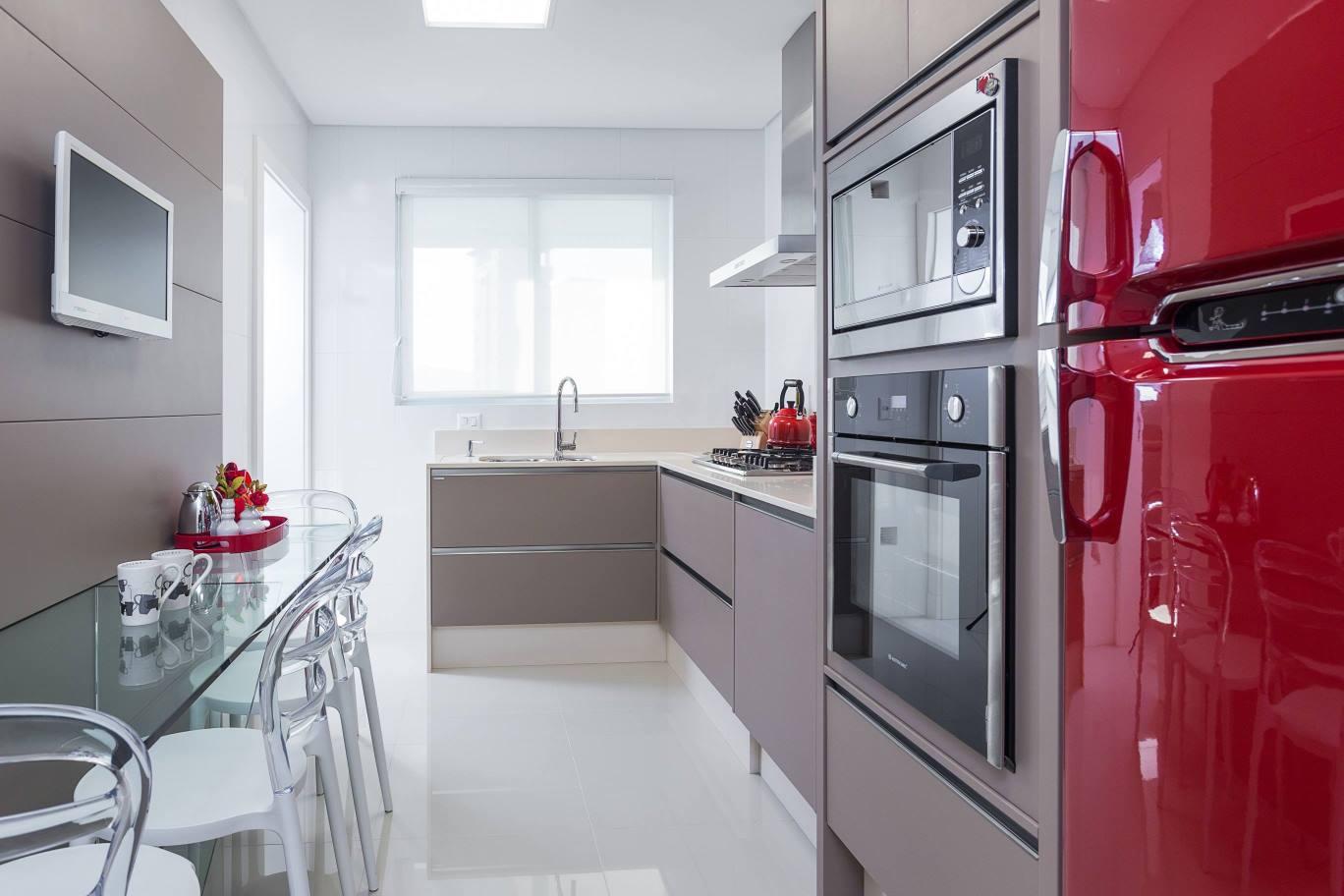 Cozinha planejada em tons neutros e com lava louças embutida no  #841E2D 1368 912