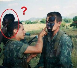 Schwarzen Soldaten schwarz anmalen.