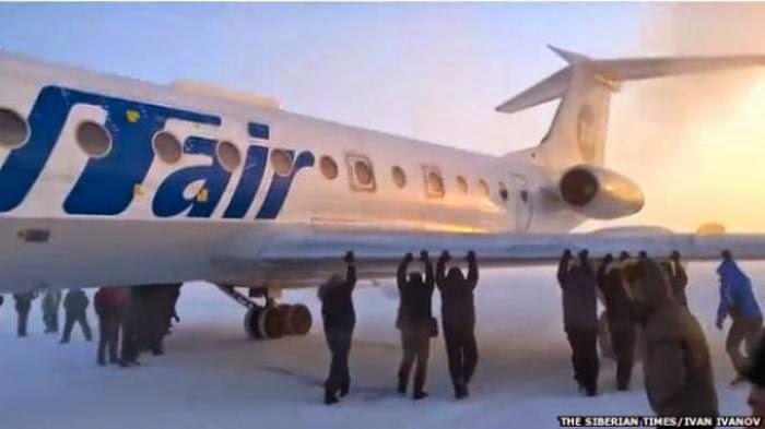 Penumpang Ikut Dorong Pesawat Agar Bisa Lepas Landas