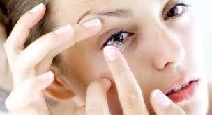 Hampir Buta, Hati-Hati Jangan Terlalu Lama Pakai Lensa Kontak