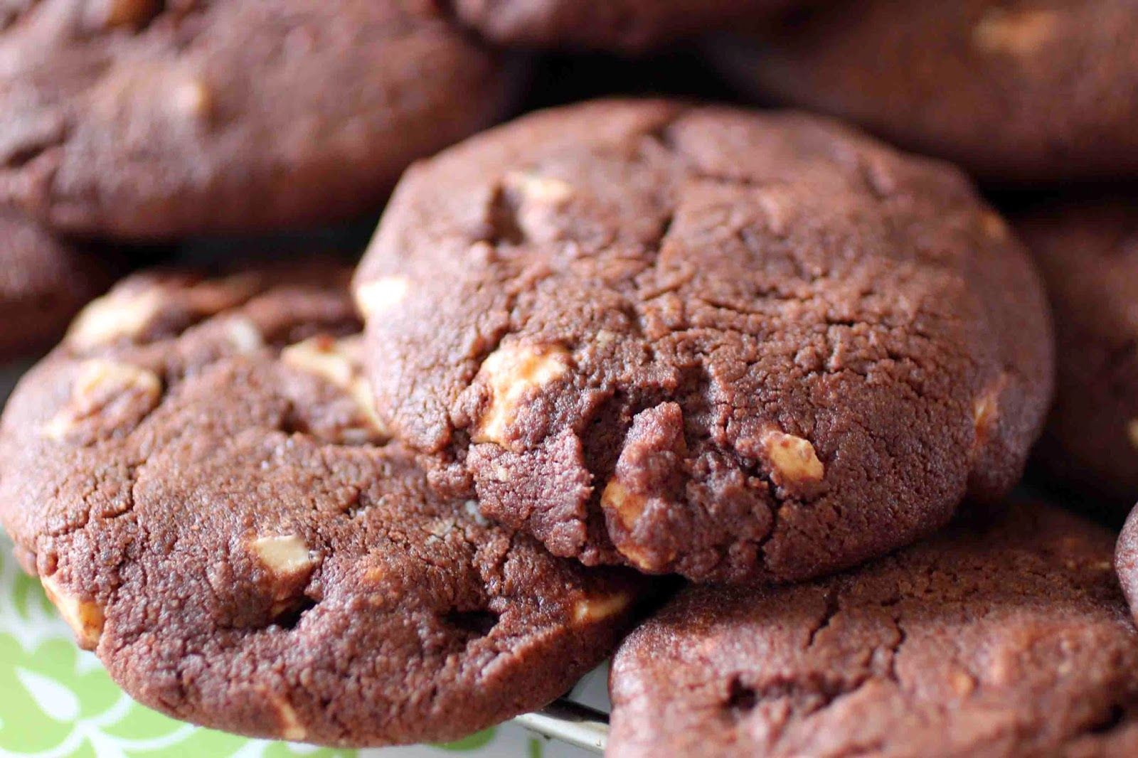 http://camilleenchocolat.blogspot.fr/2014/06/cookies-noirs-pepites-blanches.html