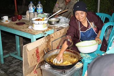 Ajaib Menggoreng Pisang dan Ayam Pake Tangan