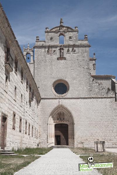 Pórtico de entrada a la iglesia del Monasterio de San Pedro de Cardeña (Burgos)