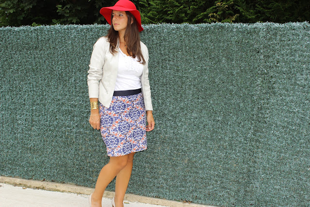capeline rouge, jupe bariolée balsamik, veste en cuir blanc river island