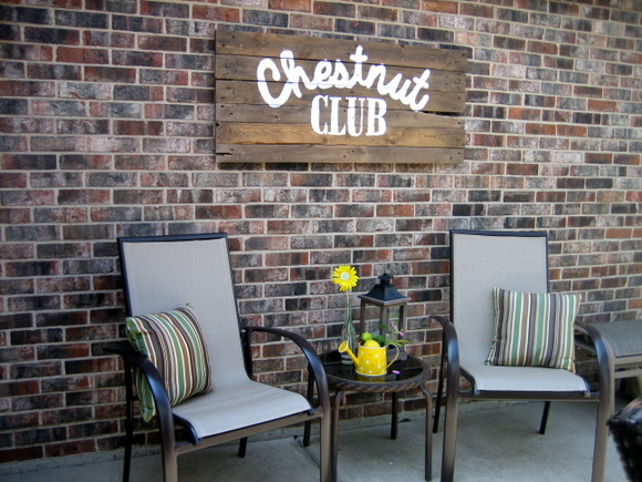 Look at how great this DIY pallet sign looks mounted on the backyard wall!