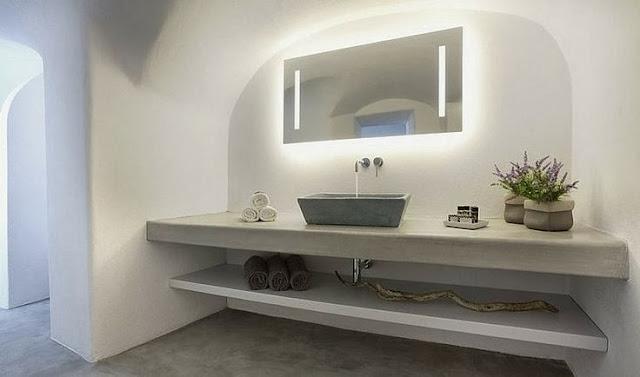 Salle de bain blanche avec plan de travail épais et voute