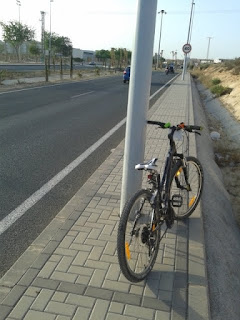 Gracias por poner todas las farolas en ronda norte para impedir el paso de peatones y ciclistas