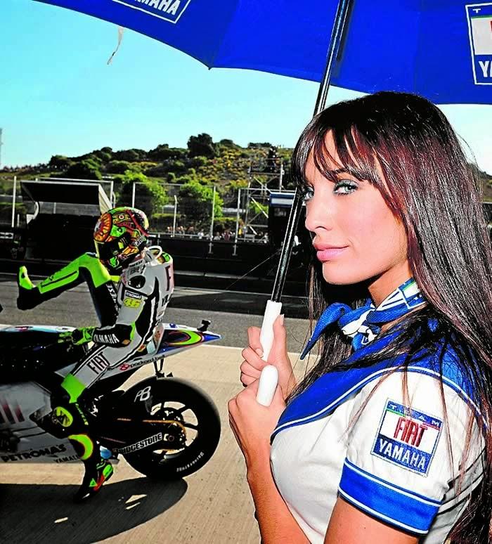 Las azafatas más sexys de MotoGP. Rubias, morenas, con curvas... Chicas guapas 1x2.