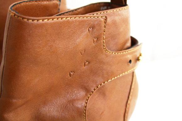 Schuhe mit DIY-Herzen