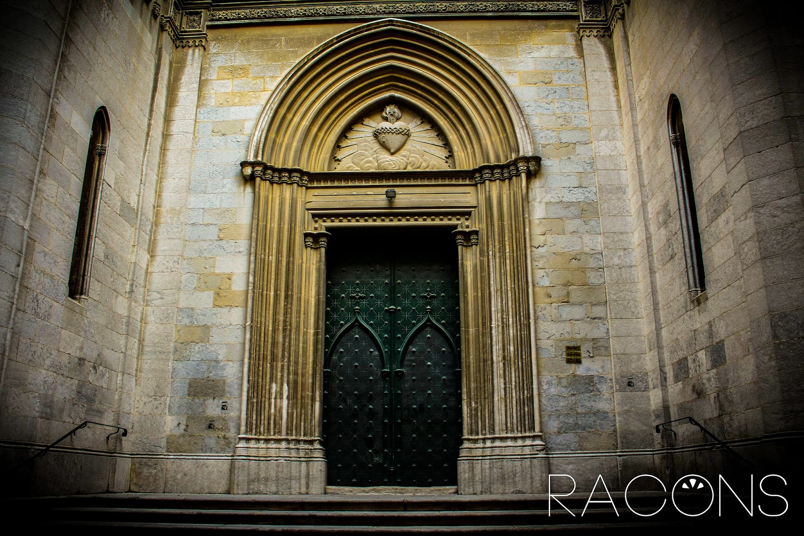 Porta d'entrada de l'Esgésia del Sagrat Cor Girona