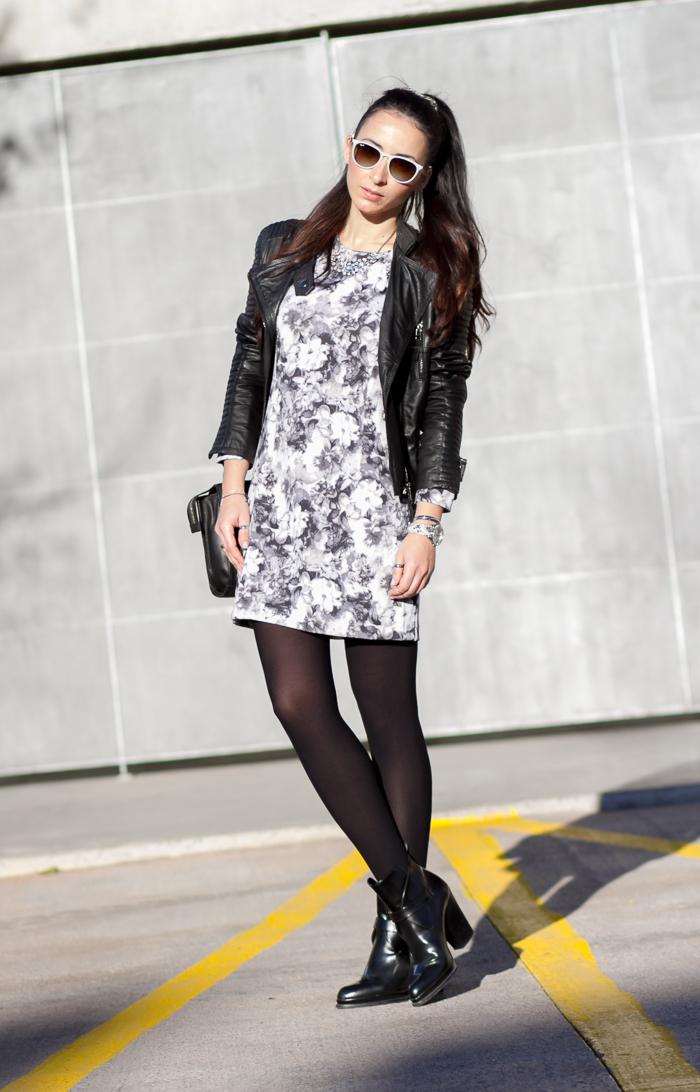 Combinacion vestido estampado floral en blanco y negro corto con chaqueta biker de napa y medias negras
