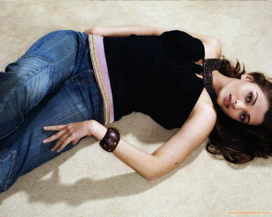 aishwarya_rai_in_black_top_and_jeans_1280x1024