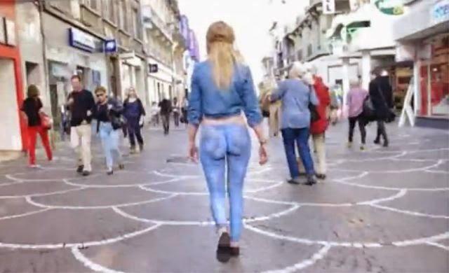 Mujer Desnuda Se Pasea Por La Calle Sin Que Nadie D Cuenta Y Es