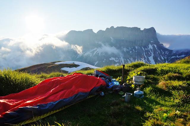le bivouac est installé sur l'herbe de la montagne de Pormenaz, face à la chaîne des Fiz