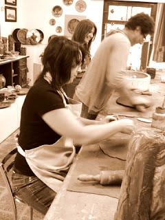 Diva modelando argila no atelier 507