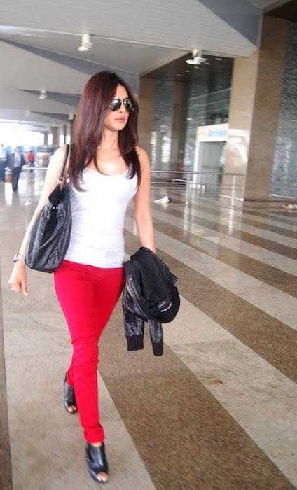 priyanka chopra candid at mumbai international airport photo gallery