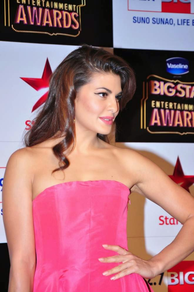 Jacqueline Fernandez Smoking Hot Wallpapers In Pink Dress