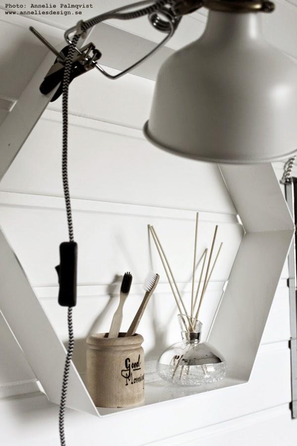 klämspot, vitt, vita lampa, badrum, badrummet, inredning, detaljer, detalj, svartvit sladd, trärena tandborstar, trären tandborste, doftpinnar, snygga, doftpinne, doft, doften, vit hylla, oktagon hyllor, webbutik, webbutiker, annelies design interior, inredningsblogg, blogg, bloggar, interior, interiör,