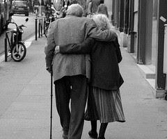 http://3.bp.blogspot.com/-UqA9Wz0c1vE/ToIwtREdF4I/AAAAAAAAAh0/ujJzL-bimmE/s400/seeing+old+people+in+love.jpg