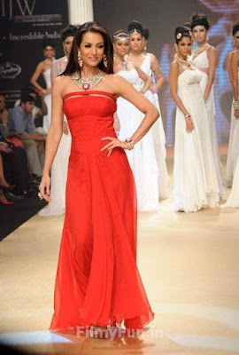 Malaika_Arora_Khan_on_ramp_FilmyFun.in